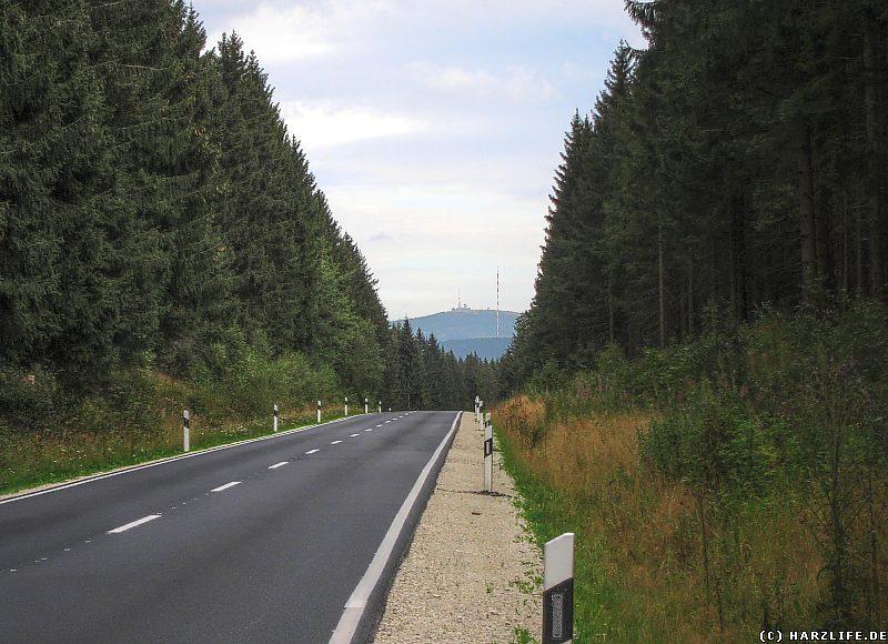 Landstraße mit Fernsicht zum Brocken