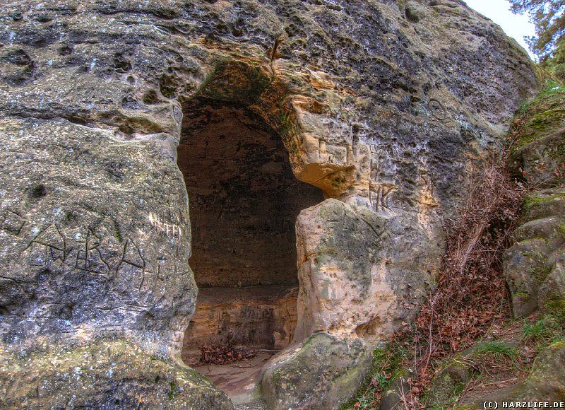 Kleine Höhle im äußersten Osten des Klusfelsens