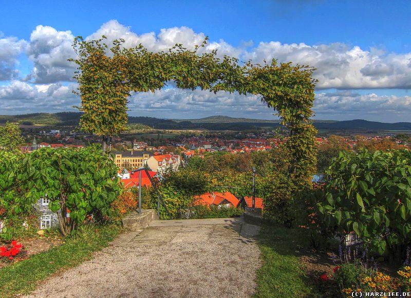 Blick vom Berggarten über Blankenburg zum Hoppelberg