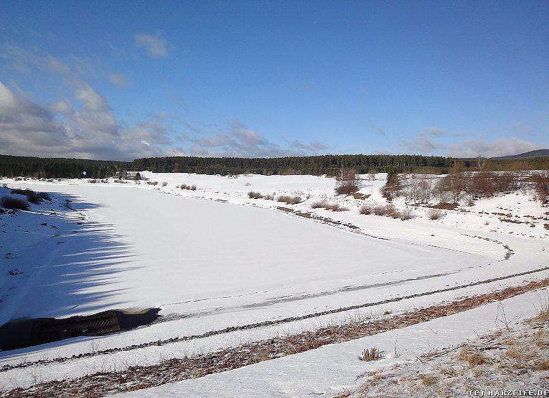 Der zugefrorene Mandelholzstausee