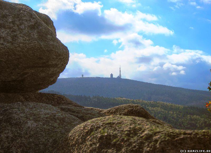 Die Felsen der Sonnenklippe mit Blick zum Brocken