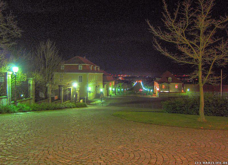 Eine malerische Aussicht vom Schloßtheater auf das nächtliche Ballenstedt