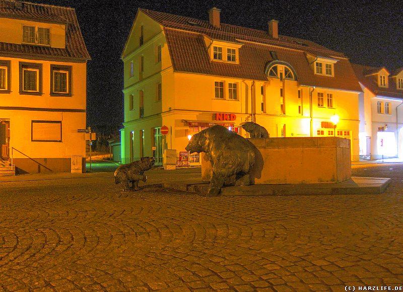 Der nächtliche Anhaltiner Platz mit dem Bärenbrunnen