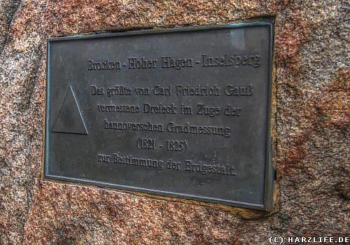 Gedenktafel am Gipfelfelsen