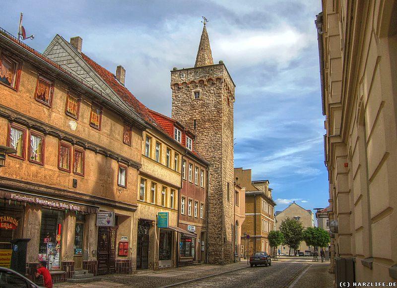 Blick über die Breite Straße zum Liebenwahnschen Turm in Aschersleben