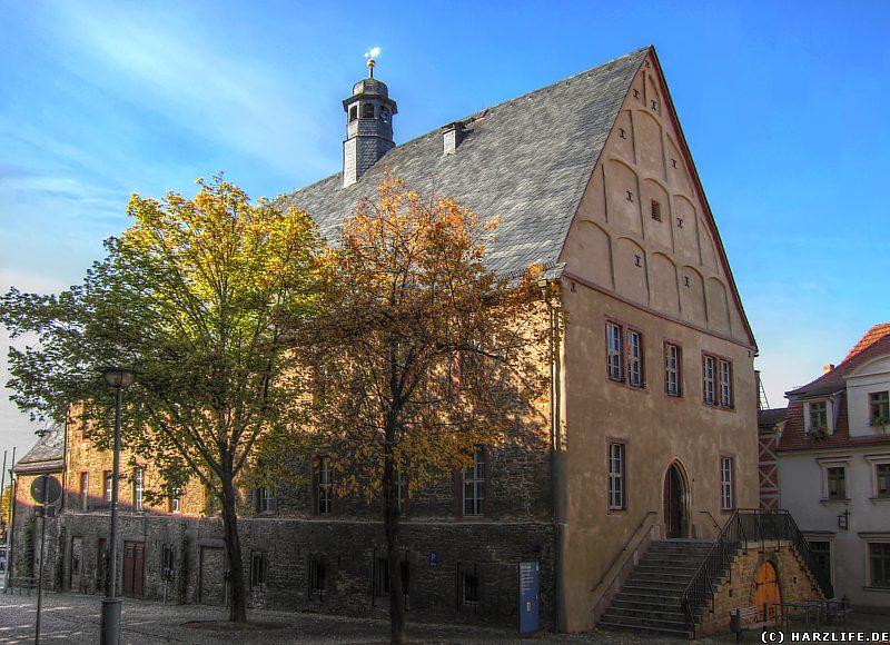 Der Haupteingang an der Ostseite des Rathauses von Sangerhausen