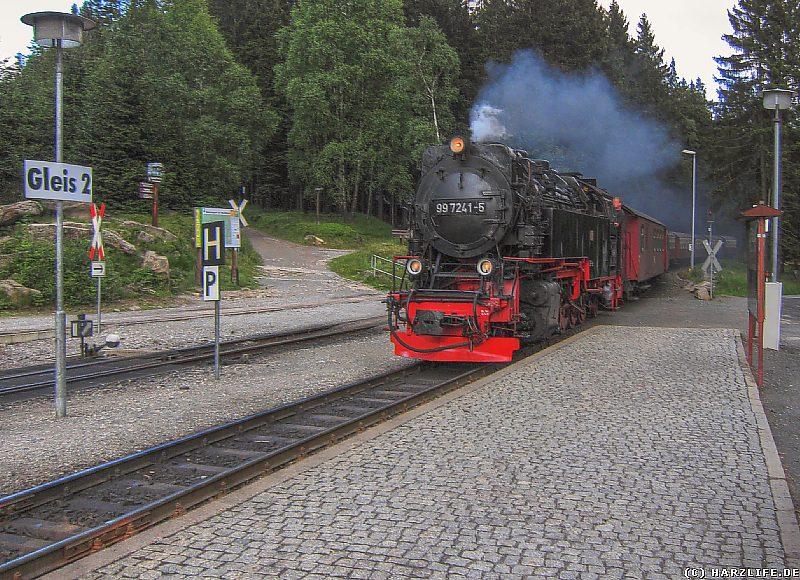 Einfahrt der Brockenbahn in den Bahnhof von Schierke