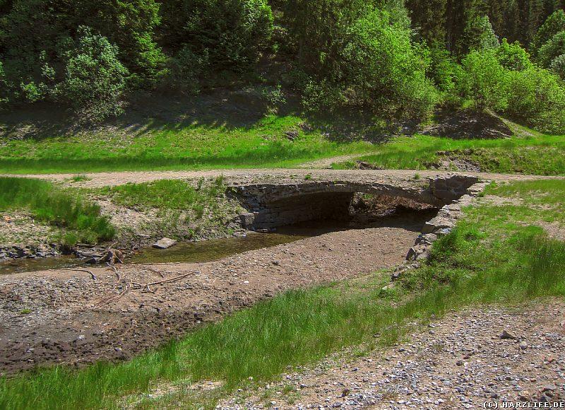 Eine alte Brücke über die Lange