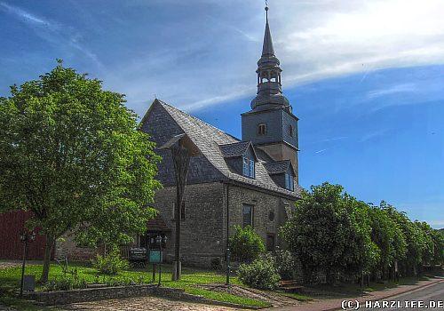 Hainrode - Ortsansicht mit Riesenbesen und Bartholomäus-Kirche