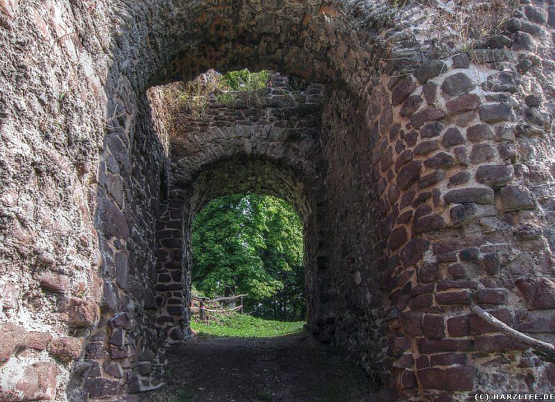 Der Durchgang durch das Kammertor der Burgruine Ebersburg