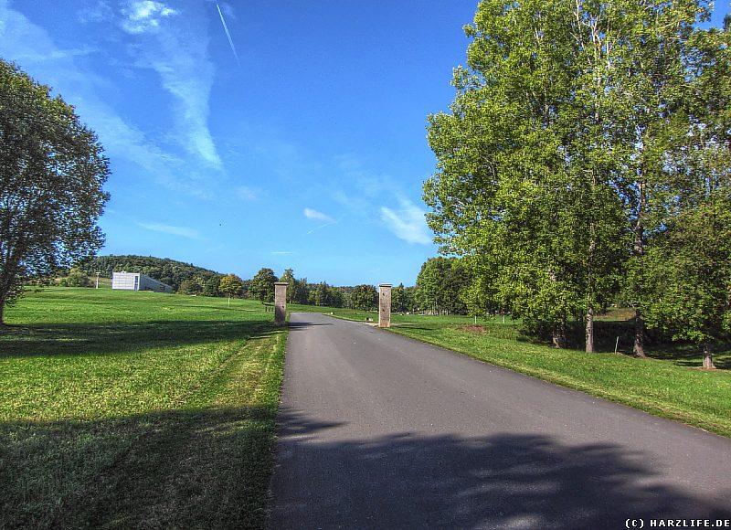 Die Zufahrtsstraße zum ehemaligen Barackenbereich des Konzentrationslagers Mittelbau-Dora