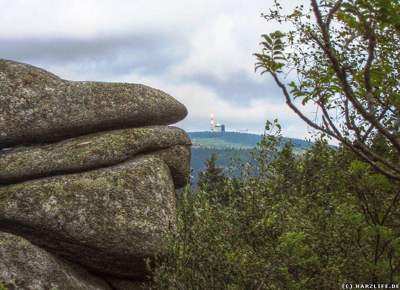 Granitfelsen Ahrensklint mit Blick zum Brockengipfel