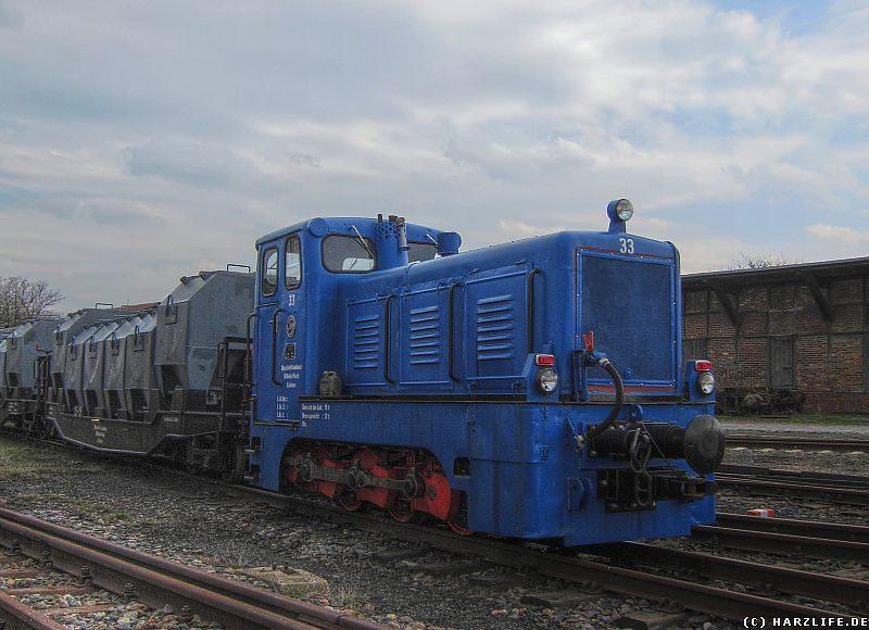 Diesellok Nr. 33 mit Güterwagen auf dem Bahnhof Benndorf