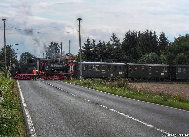 Die Bergwerksbahn überquert die Landstraße zwischen Siersleben und Hettstedt