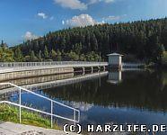 Die Wasserseite der Staumauer