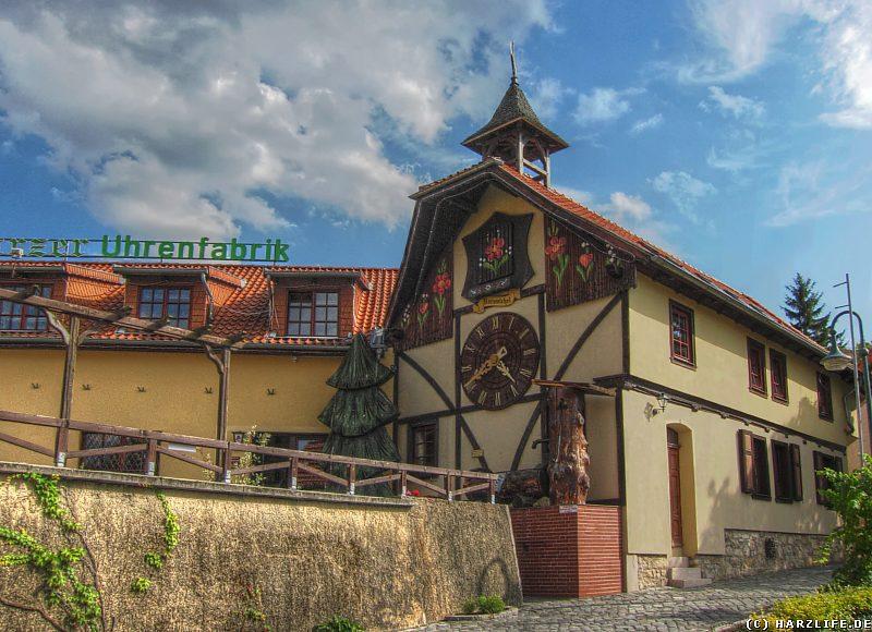Die Uhrenfabrik mit Riesen-Kuckucksuhr in Gernrode